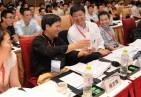 创新中国2012走进无锡现场评委在研究参赛项目产品