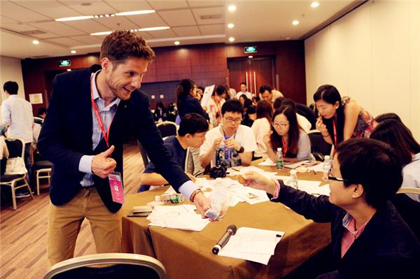 """7月19日下午,由国际体验设计协会(IXDC)举办的2015国际体验设计大会在北京·国家会议中心圆满闭幕,本届大会以 """"重新定义用户体验""""为主题, 大会为期4天,共开展了4场名企考察、85场工作坊、6场主题峰会、1场主题演讲。在这里,汇聚了全球150+位行业精英主讲人,3000+名业界同行参与交流探讨,优秀作品展、智慧家庭大赛的终评答辩更是彰显了用户体验行业的蓬勃发展。多样化的活动形式全方位定义了用户体验时代的创新价值,行业同仁共享全球最具影响力的用户体验饕餮盛宴。"""