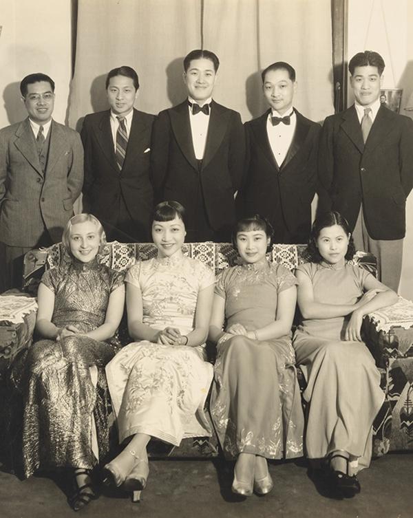 1936年,胡蝶在家中招待黄柳霜(一排左二)。(潘氏家族供图)